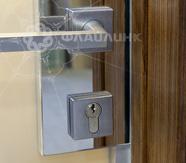 электромеханические замки на стеклянной двери в офисе