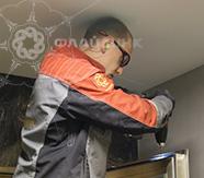 установка доводчиков и датчиков на металлическую дверь