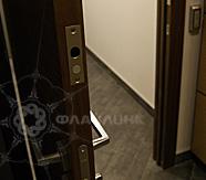 электромеханические замки деревянной двери в офисе